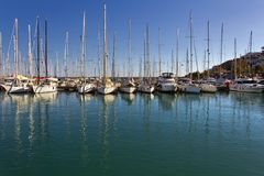 Varende boten die in jachthaven in een zonnige dag worden verankerd royalty-vrije stock afbeelding