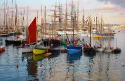 Varende boten en tribune in haven Royalty-vrije Stock Fotografie