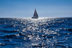 Varende boten in het overzees dicht bij de kust Stock Afbeelding