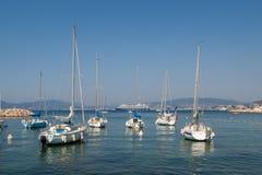 Varende boten in jachthaven stock afbeeldingen