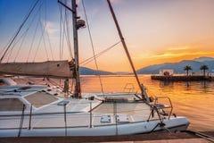 Varende boten in jachthaven bij zonsondergang. stock foto's