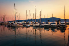 Varende boten in jachthaven bij zonsondergang. royalty-vrije stock foto's