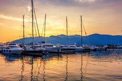 Varende boten in jachthaven bij zonsondergang. royalty-vrije stock afbeeldingen