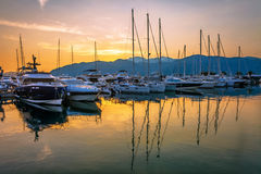 Varende boten in jachthaven bij zonsondergang royalty-vrije stock fotografie