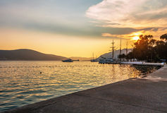 Varende boten in jachthaven bij zonsondergang stock foto's