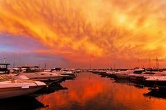 Varende boten in jachthaven bij zonsondergang Stock Afbeelding