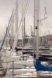 Varende boten in marine Varende schepen in een haven Stock Foto's