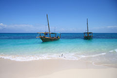 Varende boten in oceaanstrand Royalty-vrije Stock Foto