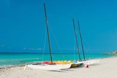Varende boten op de kust van Varadero strand in Cu Royalty-vrije Stock Foto's