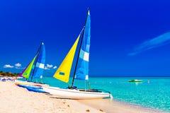 Varende boten op een strand van Cuba Stock Afbeeldingen
