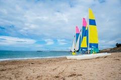 Varende Boten op het Strand stock afbeeldingen