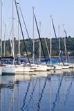 Varende boten op Italiaans meer met zigzag, rimpelingenbezinningen op water Stock Foto