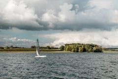 Varende boten op Rutland-water, Engeland royalty-vrije stock foto's