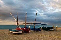 Varende boten op strand stock fotografie