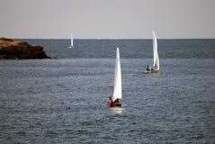 Varende boten uit aan overzees Stock Afbeeldingen