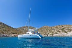 Varende catamaran stock foto