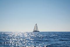 Varende catamaran in het Egeïsche overzees, Griekenland Stock Fotografie