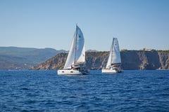 Varende catamarans in een Regatta, Griekenland Stock Foto