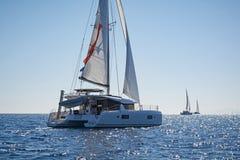 Varende catamarans in het Egeïsche overzees, Griekenland Stock Afbeelding
