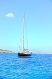 Varende die boot in baai wordt verankerd Royalty-vrije Stock Foto