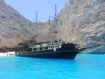Varende die boot bij een mooi strand wordt gedokt royalty-vrije stock afbeeldingen