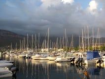 Varende die boot in de Adriatische jachthaven in zonsondergang wordt vastgelegd stock foto