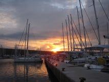Varende die boot in de Adriatische jachthaven in zonsondergang wordt vastgelegd Royalty-vrije Stock Afbeelding