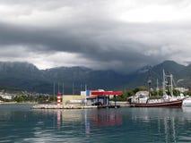 Varende die boot dichtbij een brandstofpost wordt vastgelegd in jachthaven van Barstad Royalty-vrije Stock Fotografie