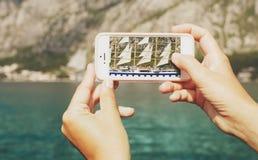 Varende die boot door lens van een mobiele telefoon wordt geschoten Royalty-vrije Stock Foto's
