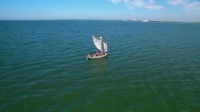 Varende die boot in het overzees wordt bevonden De motorboot haast zich aan haar hulp De kinderen leren stock footage