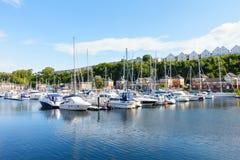 Varende die Boten bij Penarth-Jachthaven, Penarth, Cardiff worden vastgelegd stock foto