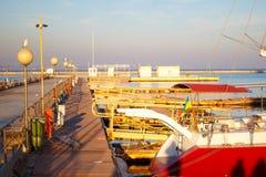 Varende die jachten en plezierbotentribune in haven wordt vastgelegd Selectieve nadruk royalty-vrije stock foto's