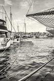Varende die schepen in de haven, Trogit, kleurloos Kroatië worden verankerd, Stock Afbeelding
