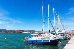 Varende die schepen en jachten in de haven van Volos, Griekenland worden vastgelegd Royalty-vrije Stock Foto's