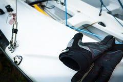 Varende handschoenen op dek van zeilboot door meer stock afbeeldingen