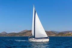 Varende het jachtboot van de schipluxe in het Egeïsche Overzees Reis stock fotografie