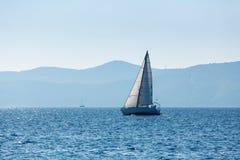 Varende jachtboot bij het Overzees luxe stock fotografie