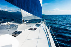 Varende jachtcatamaran die in het overzees varen Zeilboot sailing stock foto's