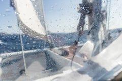 Varende jachtcatamaran die in ruwe overzees varen Zeilboot Het varen concept stock foto