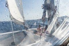 Varende jachtcatamaran die in ruwe overzees varen Zeilboot Het varen concept royalty-vrije stock foto