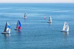 Varende jachten in de Vreedzame Oceaan Royalty-vrije Stock Fotografie