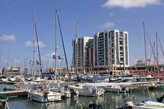 Varende jachten en moderne gebouwen in Herzliya-Jachthaven, Israël Stock Foto