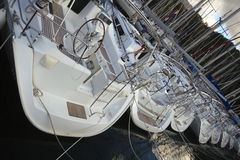 Varende jachten voor handvest in een jachthaven Royalty-vrije Stock Foto