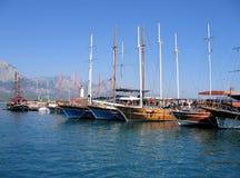 Varende schepen in de haven Stock Foto's