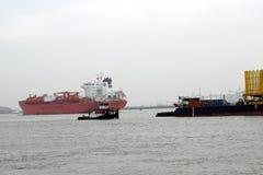 Varende schepen dichtbij de haven van Rotterdam stock afbeeldingen