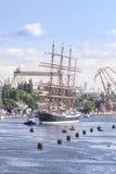 Varende schepen die de haven van Szczecin verlaten Royalty-vrije Stock Foto's