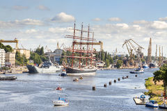 Varende schepen die de haven van Szczecin verlaten Stock Afbeeldingen