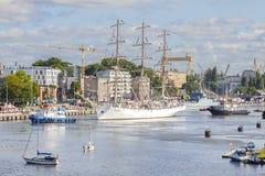 Varende schepen die haven van Szczecin verlaten Royalty-vrije Stock Foto's