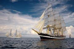 Varende schepen op de achtergrond van een zeer mooie hemel sailing Luxejacht Royalty-vrije Stock Afbeeldingen