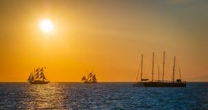 Varende schepen op het overzees in zonsondergang Royalty-vrije Stock Afbeelding